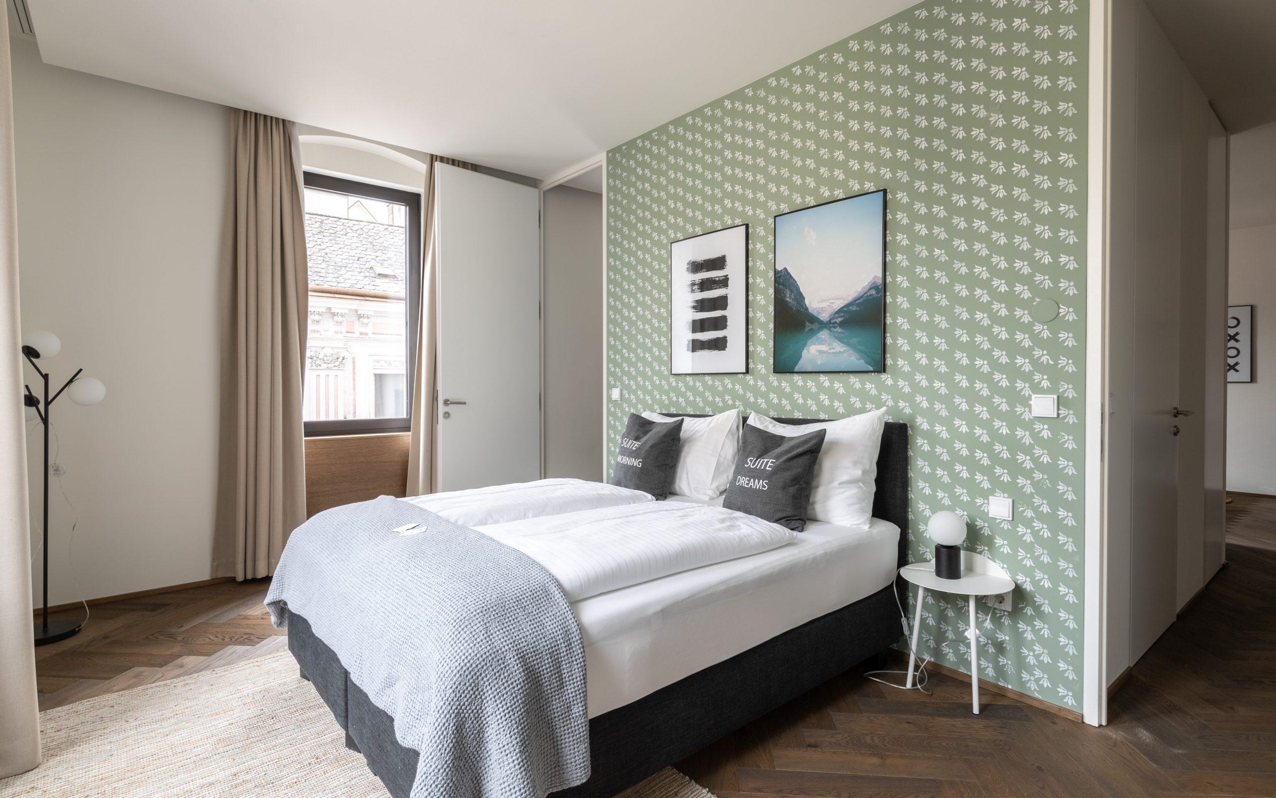 limehome-linz-schillerstrasse-deluxe-suite-204-bedroom-1_BEARBEITET_AA